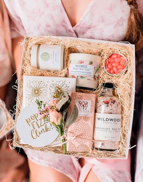 Cosmetic basket for mom