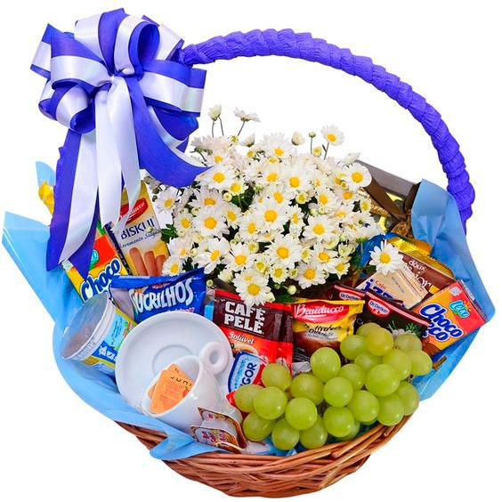 Breakfast basket with fruits for mothers